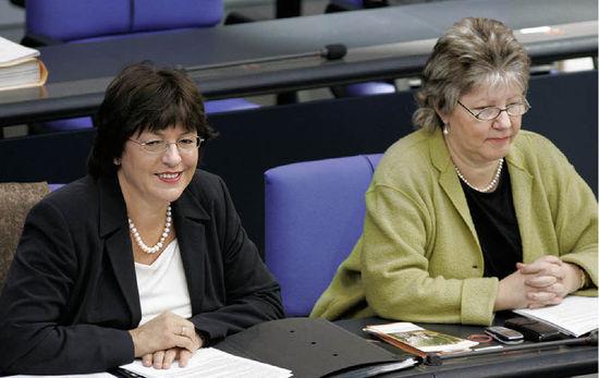 Vertraute auf der Regierungsbank: Caspers-Merk neben Ministerin Ulla Schmidt Foto: ULLSTEIN